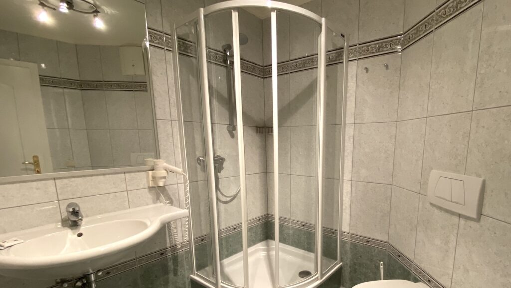 Das Badezimmer unseres Dreibettzimmers